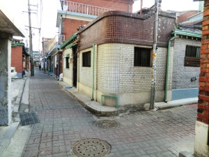 Alley in Nuha-dong-Robert J. Fouser